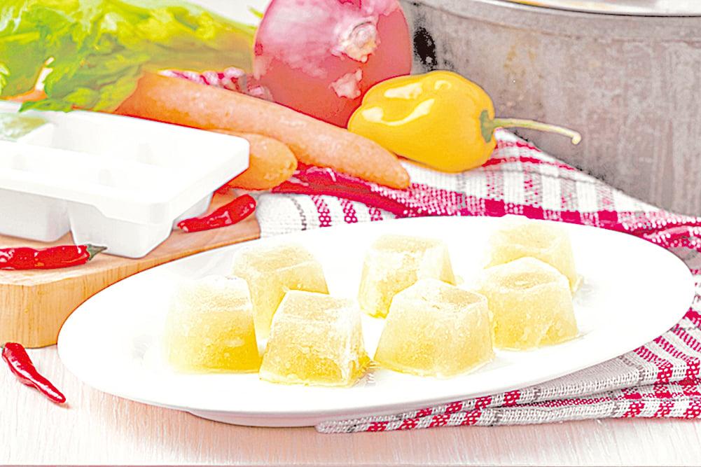 備餐時可以事先將雞肉蔬菜湯製成冰塊,分次食用。