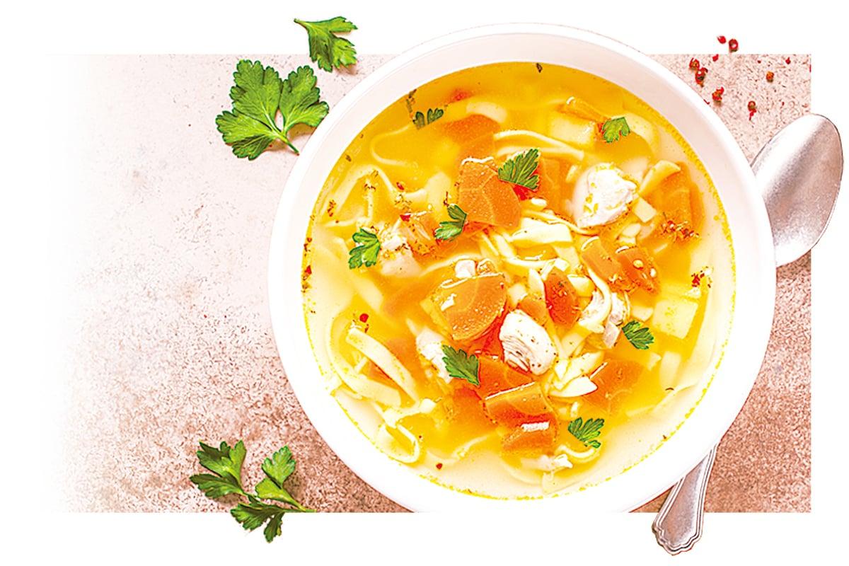 冷凍雞湯麵時,最好只冷凍肉湯、蔬菜和雞肉,解凍加熱後再加麵條。