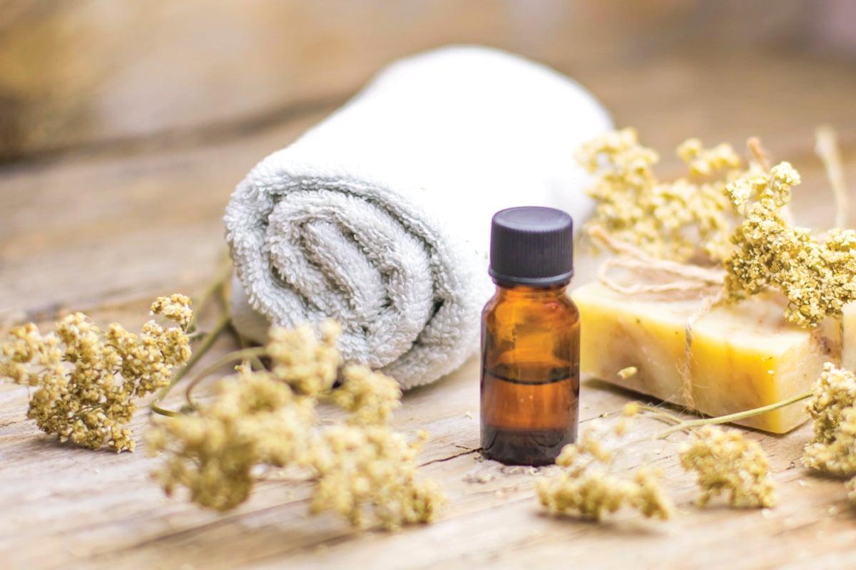 用精油熱敷能減緩慢性疼痛、肌肉痠痛。