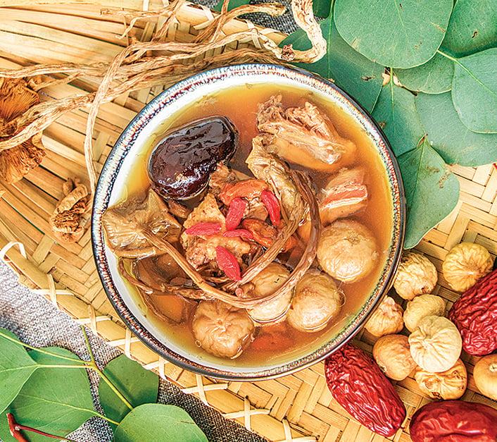 熱騰騰的雞湯,湯頭融合凍果乾更加濃郁鮮甜。