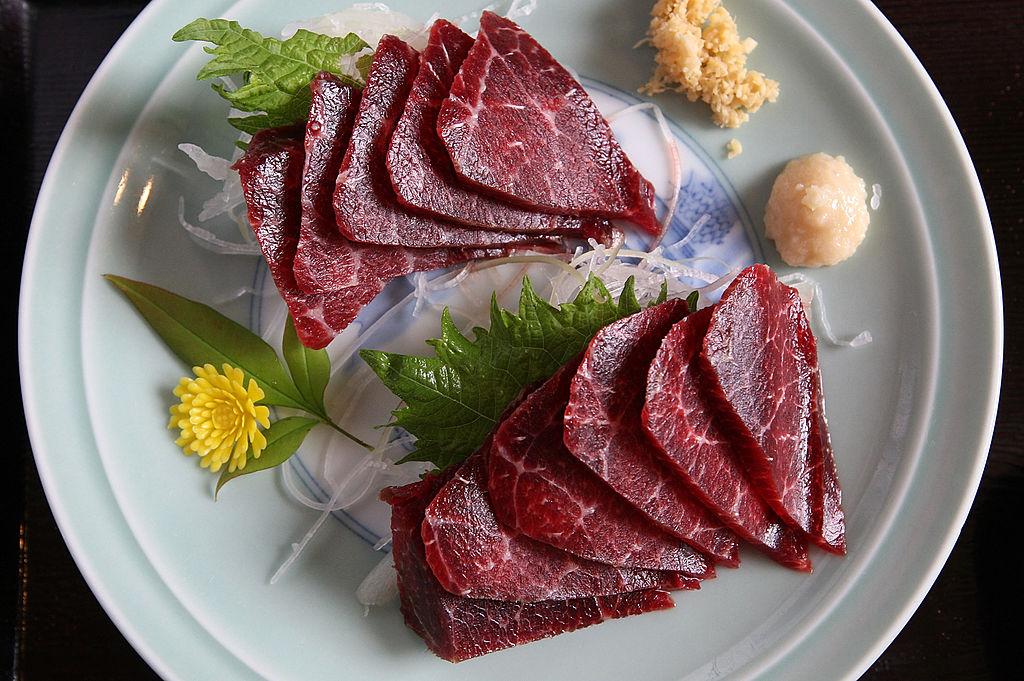 醫生表示,豬肉絛蟲是一種常見的人體寄生蟲,飲食方面不能為了嚐鮮而吃生冷未煮熟的食物,烹調務必將肉煮熟。(Junko Kimura/Getty Images)