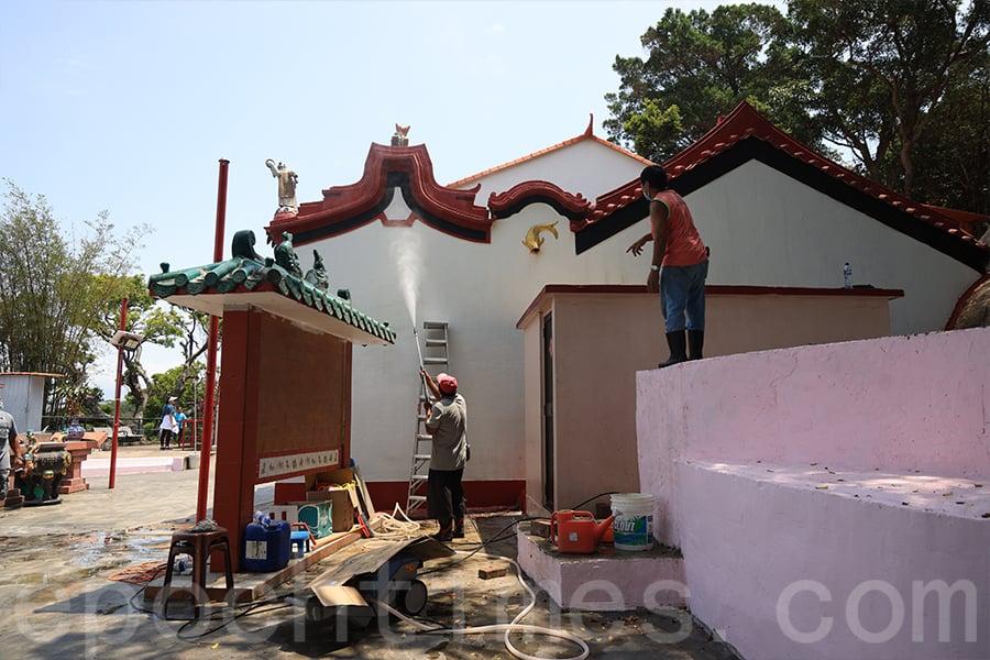 今年天后誕前夕,長洲西灣媽勝堂值理會的義工用了超過四十日粉飾、維修天后廟。(陳仲明/大紀元)