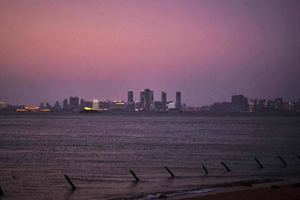 4月29日,中共通過「海上交通安全法」修訂草案,該法案將於9月1日起正式實施。圖爲台灣金門遠眺中國廈門的夜景。(An Rong Xu/Getty Images)