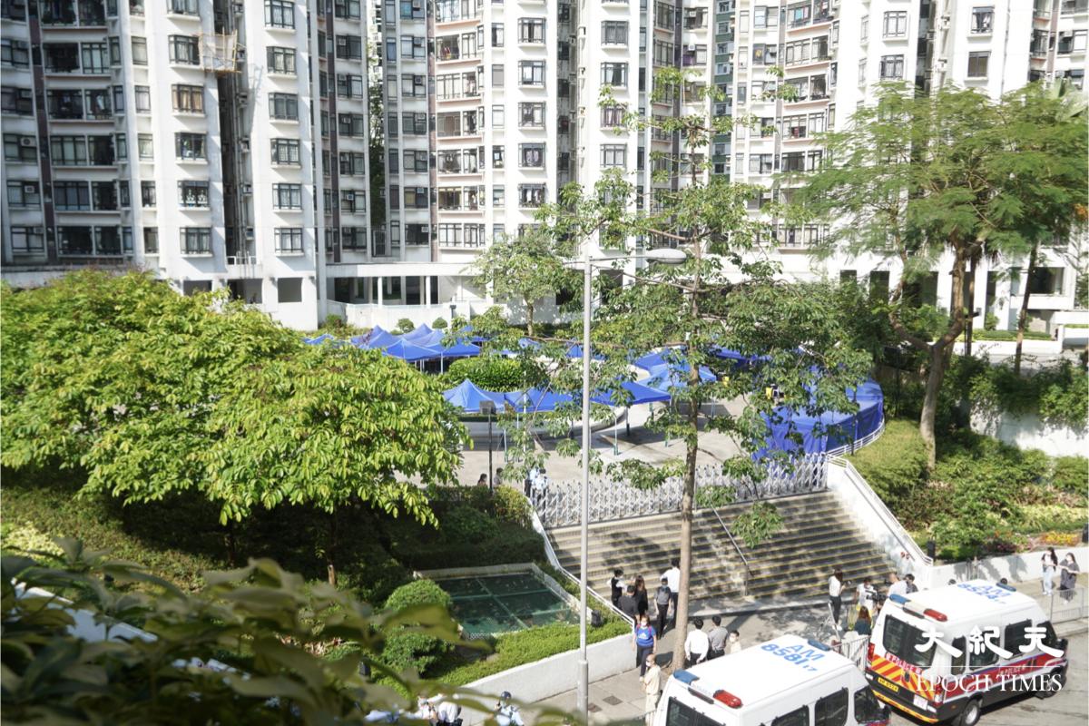 早上9時,現場有一批警員封鎖康怡花園N2座,但未見防疫人員到場安排檢疫。(余鋼/大紀元)