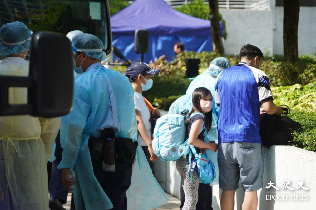 早上10時,康怡花園N2座仍未見市民落樓,只見救護車接送一女士,其後一位父親帶同女兒帶同行李也上救護車離開。(余鋼/大紀元)