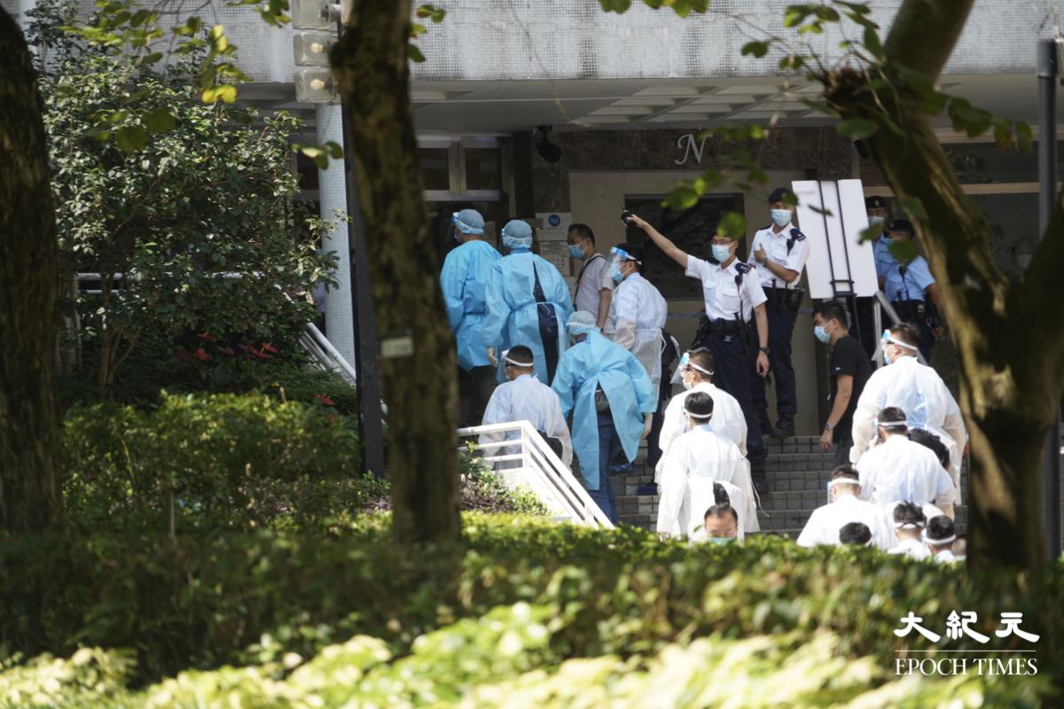 早上10時20分,康怡花園N2座有防疫人員到場上樓。(余鋼/大紀元)