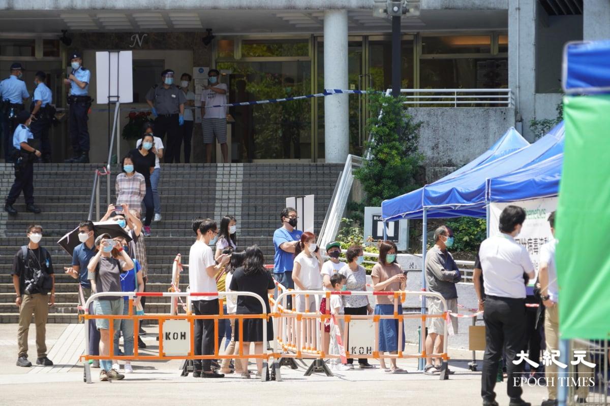 早上10時50分,康怡花園N2座居民開始落樓接受病毒檢測。(余鋼/大紀元)