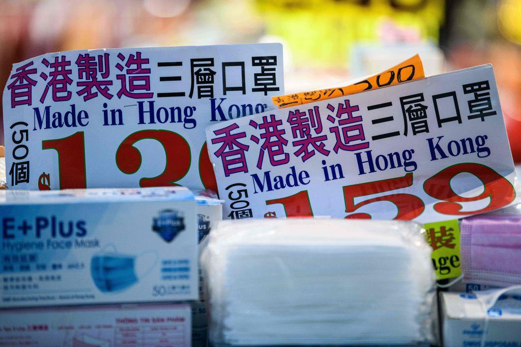 IHS Markit今(5月5日)公佈4月份香港採購經理人指數為50.3,反映商業活動微微擴張。圖為香港製造口罩。(ANTHONY WALLACE/AFP via Getty Images)