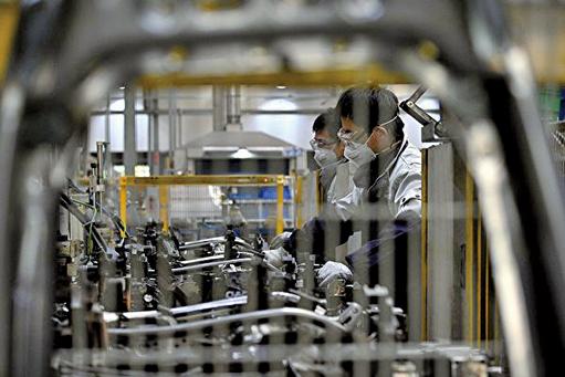 圖為受疫情影響下的中國工廠。(NOEL CELIS / AFP via Getty Images)