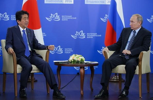 9月2日,日本首相安倍晉三前往俄羅斯遠東的符拉迪沃斯托克,與普京總統進行了首腦會談。對於日本關心的領土問題,安倍表示,需要逾越的難度依然非常高。(Getty Images)