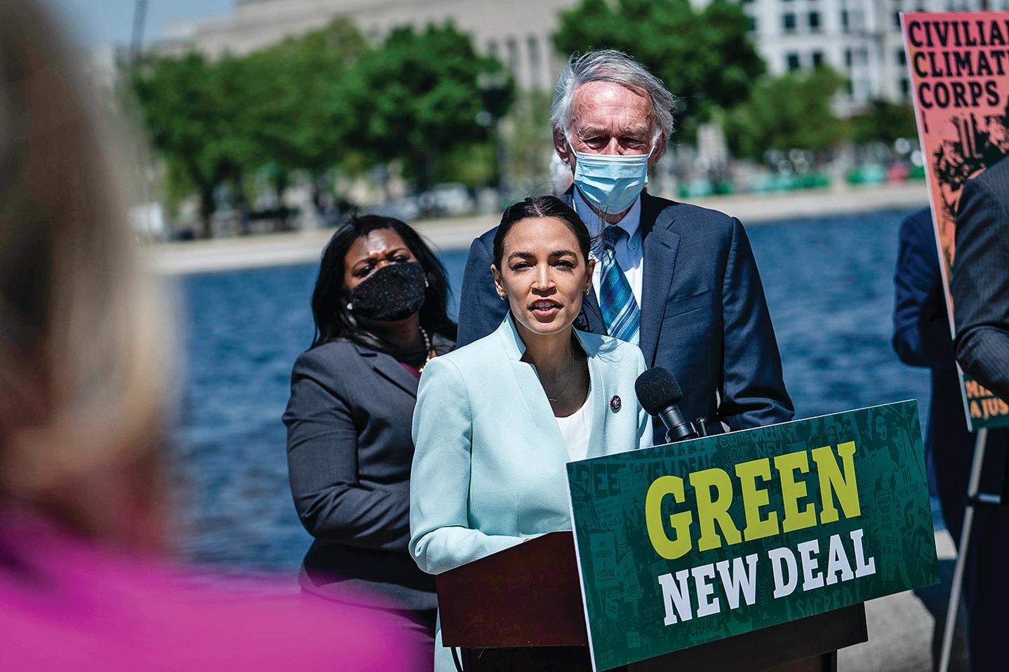 「綠色新政」是由美國的一批左派人士推出。圖為4月20日,美國紐約州民主黨眾議員奧卡西奧-科爾特斯(AOC)在華盛頓舉行的重新引入「綠色新政」的新聞發佈會上發言。(Getty Images)
