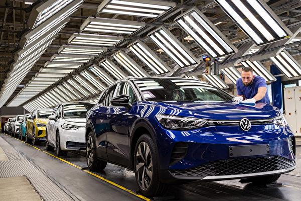 2021年5月,由於缺芯問題,眾多汽車廠商停產減產。但台積電表示,預計6月底前能夠滿足客戶對汽車晶片的最低需求。圖為大眾汽車生產線。(Jens Schlueter/Getty Images)
