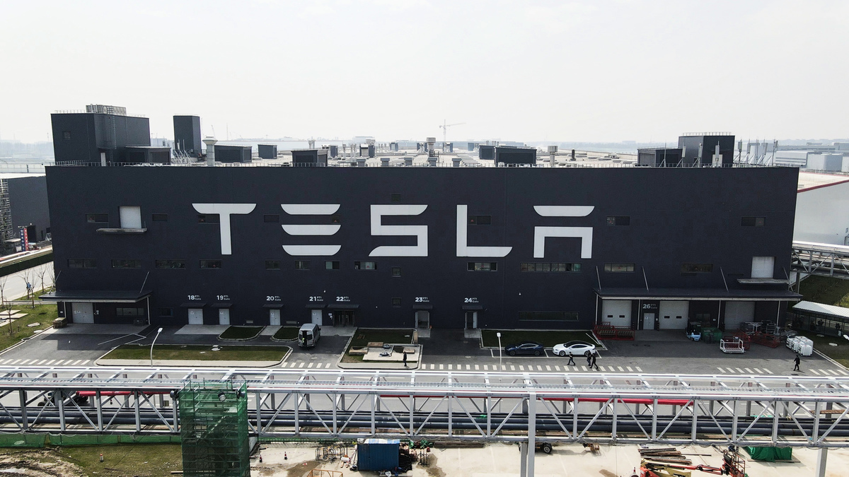 特斯拉近日已全額償還與上海超級工廠支出相關的6.14億美元貸款。消息傳出後,特斯拉可能正準備從中國撤離的說法在網絡社交平台上傳播開來。圖爲特斯拉上海超級工廠。(Xiaolu Chu/Getty Images)