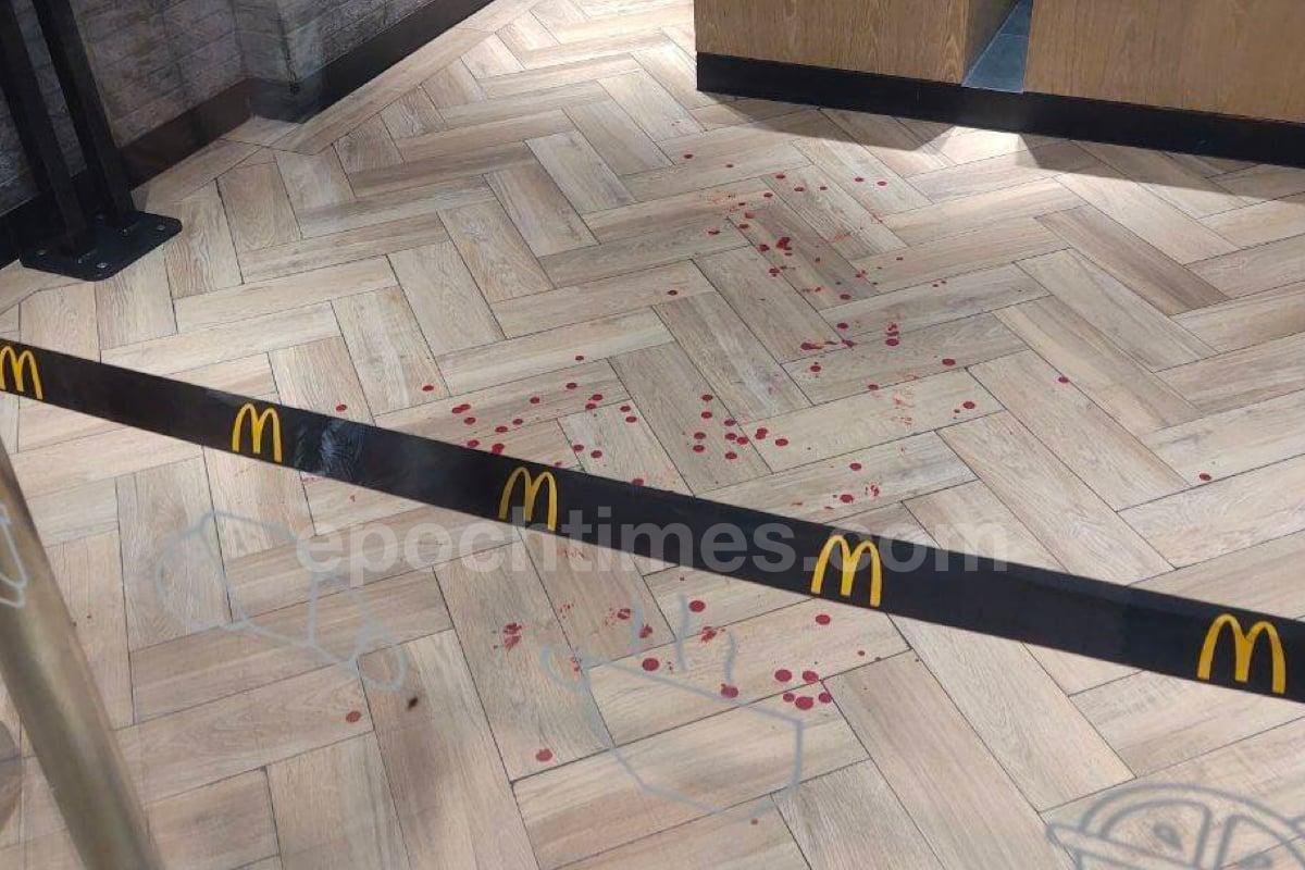 「理大廚房佬」施漢恒於深水埗欽州街黃金商場旁邊的麥當勞快餐店,懷疑因為一宗打架案件被捕,餐廳地下留下斑斑血跡。(市民提供)