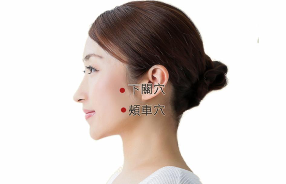 按摩頭部的下關、頰車穴,促進血液循環,有美化臉部肌膚的功效。(大紀元製圖)