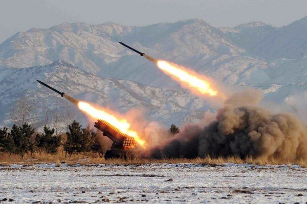 北韓9月5日再次試射三枚彈道導彈。圖為北韓進行導彈試射。資料照片。(KCNA / KNS FILES / AFP)