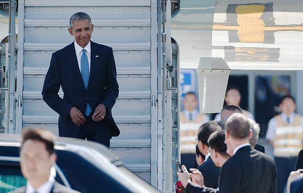 奧巴馬搭乘美國空軍一號抵達杭州參加G20峰會,中方沒有舖設扶梯和紅地毯。(Etienne Oliveau/Getty Images)