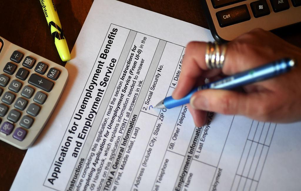 美國昨(5月6日)公佈一周截止1/5的首領失業救濟金人數為49.8萬,按周減少了9.2萬人。(OLIVIER DOULIERY/AFP via Getty Images)