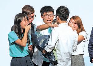 黃之鋒、周庭等兩年前的傘運「戰友」與羅冠聰牽頭成立香港眾志。羅當選後眾人表現雀躍。