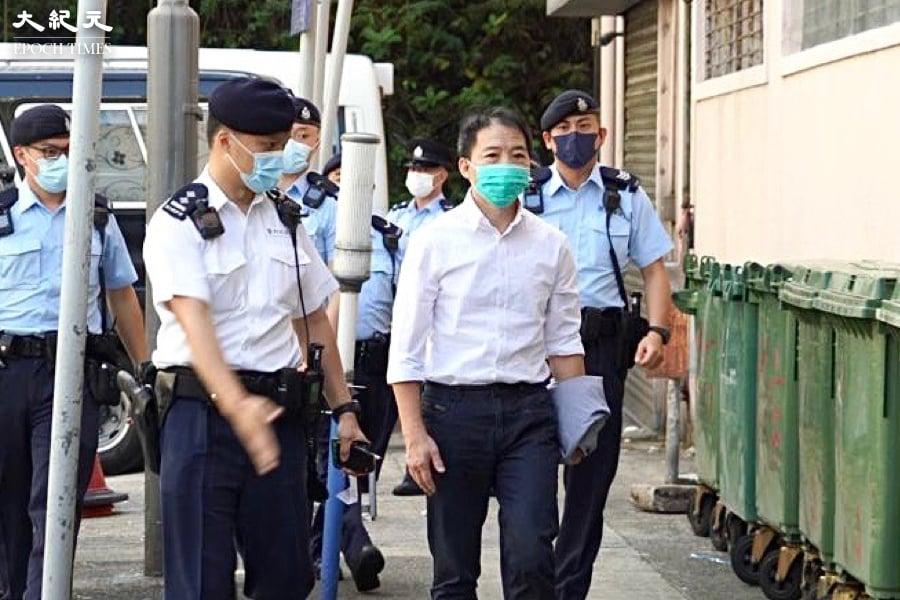 民主黨前主席胡志偉8日早上,在警方押送下抵達鑽石山殯儀館,參加父親喪禮。(余鋼/大紀元)