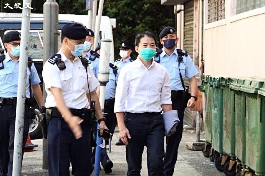 胡志偉在警員押送下 現身殯儀館為父送別