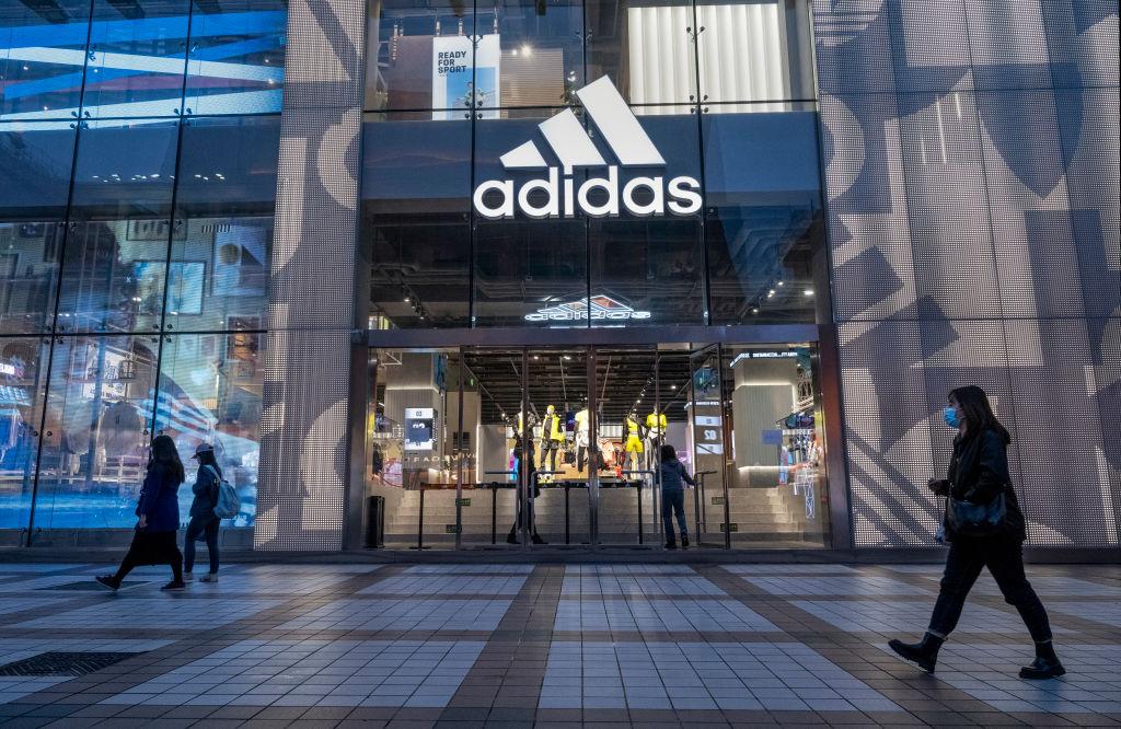 Adidas5月7日發佈財報,顯示今年前首季在中國的銷售額增長了156%,並稱第二季業績也會呈現顯著成長。(Kevin Frayer/Getty Images)