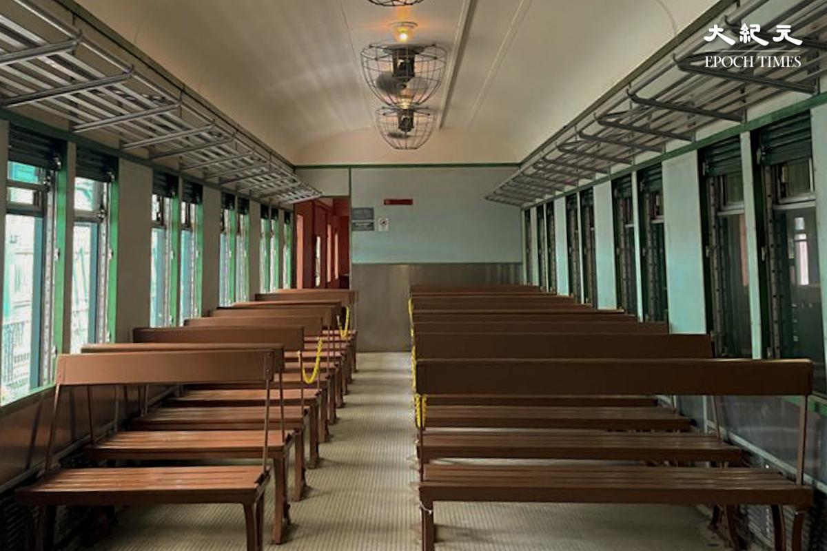 博物館最早期的車廂-車卡302號,看上去有點像學校課室。(樂樂/大紀元)