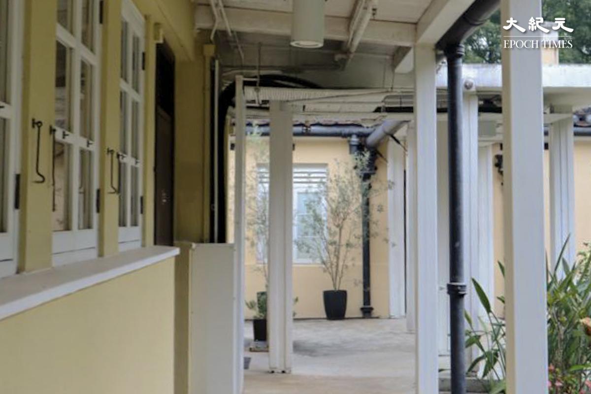 綠滙學苑的遊廊充滿經典殖民地建築風格。 (樂樂/大紀元)