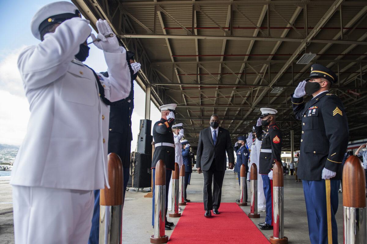 中美衝突的日益升級,使印度成為國際地緣政治的聚焦點。圖爲4月30日,美國國防部長奧斯丁參加在夏威夷珍珠港-希卡姆聯合基地舉行的印太司令部換屆儀式。(布列塔尼·蔡斯中士/美國國防部)