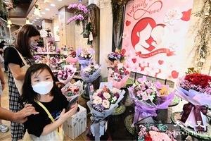 【圖片新聞】感恩母親節 市民到旺角花墟買花送母親
