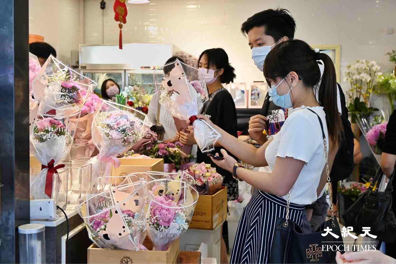 不少市民特地到旺角花墟選購花束送予母親,花墟人頭湧湧。(宋碧龍/大紀元)