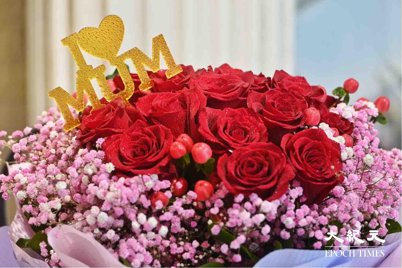 不少市民特地到旺角花墟選購花束送予母親。(宋碧龍/大紀元)