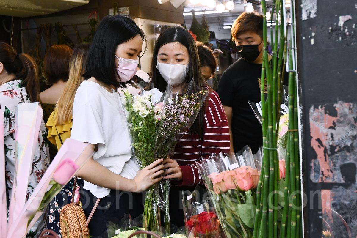 不少市民到旺角花墟選購花束送予母親。(宋碧龍/大紀元)
