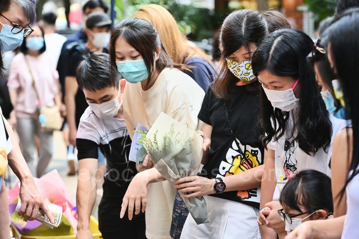 母親節,不少市民到旺角花墟選購花束送母親。(宋碧龍/大紀元)