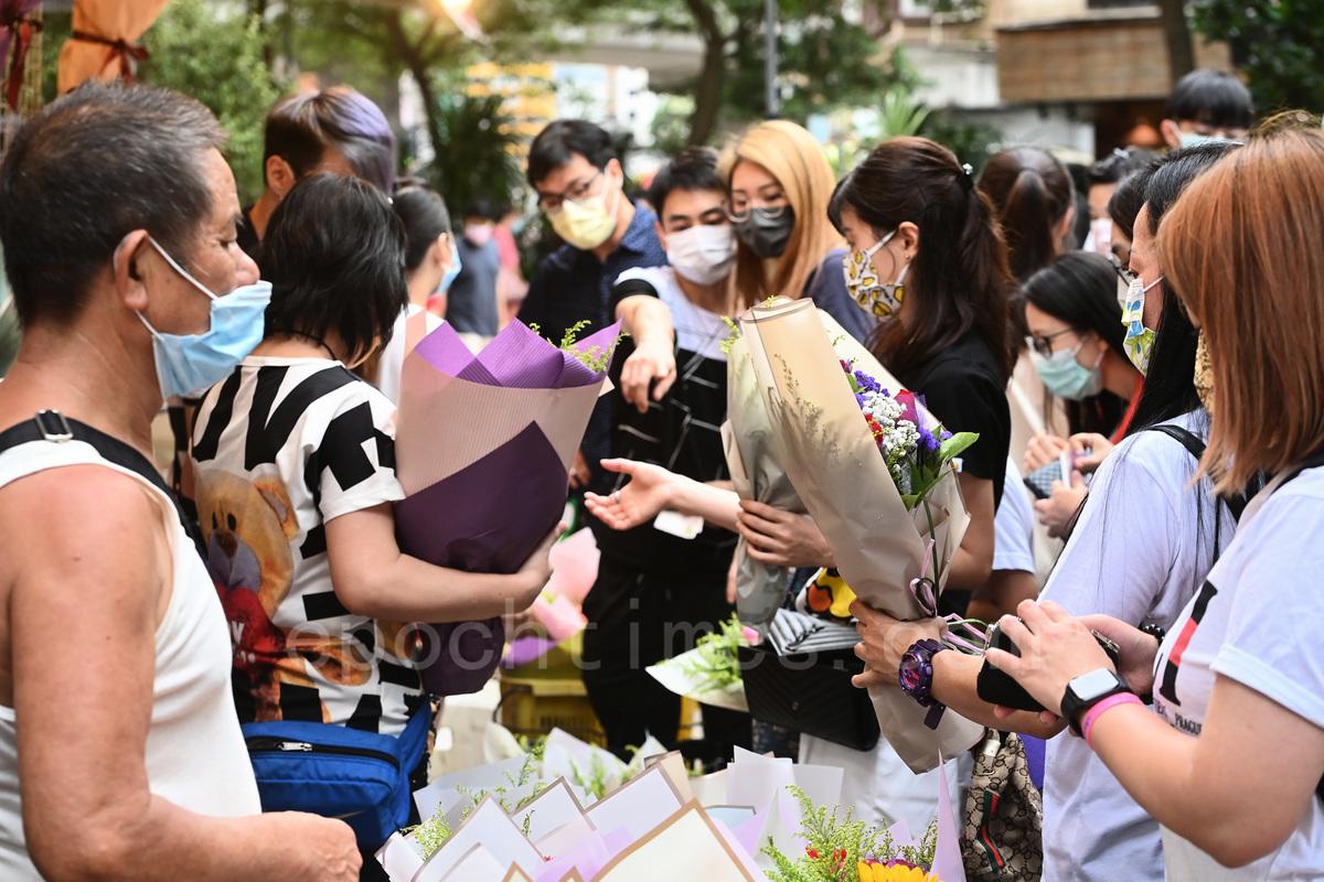 感恩母親節,市民到旺角花墟選購花束送母親。(宋碧龍/大紀元)
