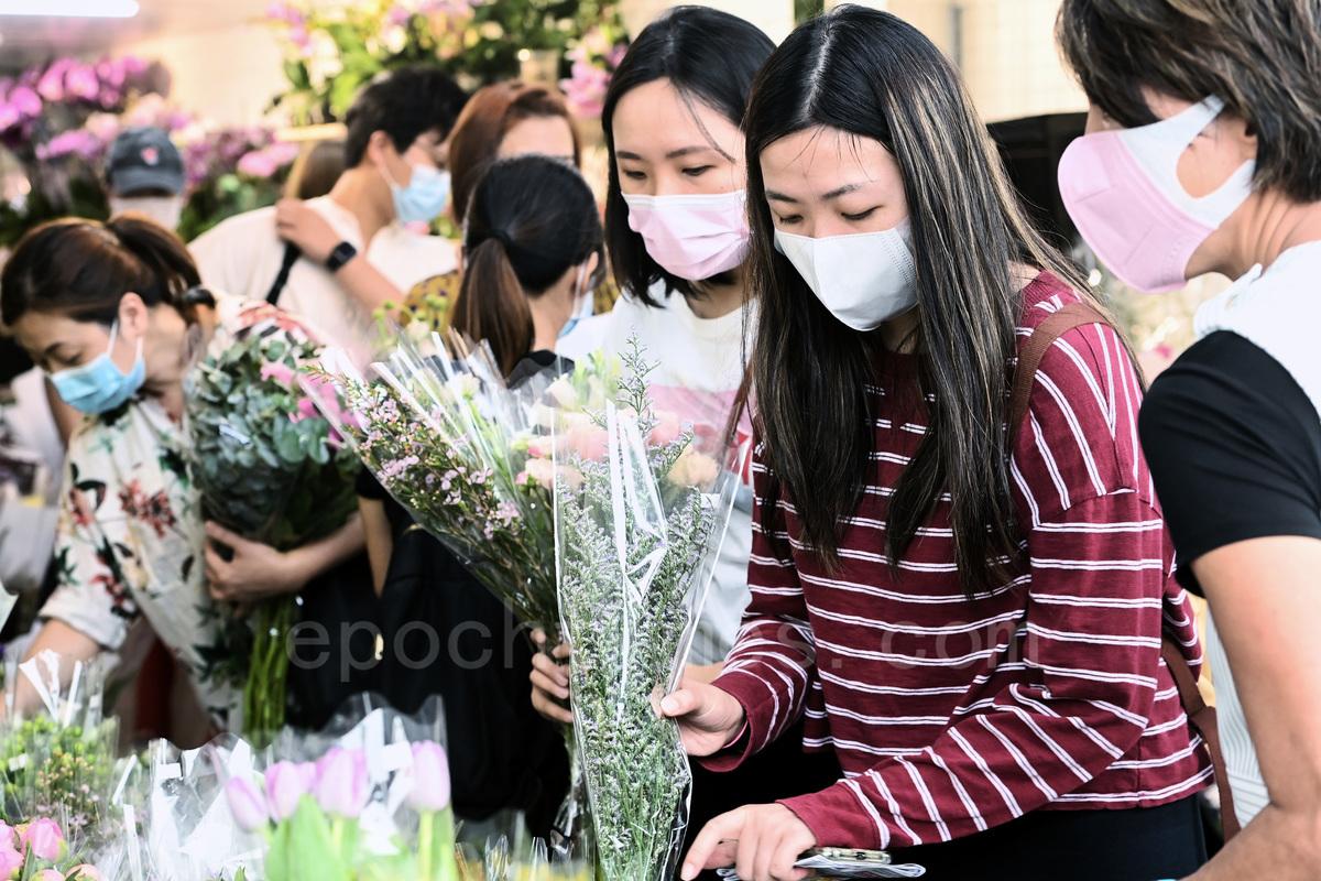 感恩母親節,正在選購花束的市民。(宋碧龍/大紀元)