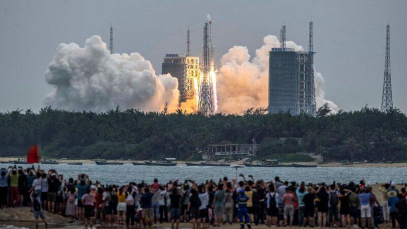 2021年4月29日,中國海南省文昌航天發射場發射了搭載中共空間站「天和」核心艙的長征五號B遙二運載火箭。(STR/AFP via Getty Images)