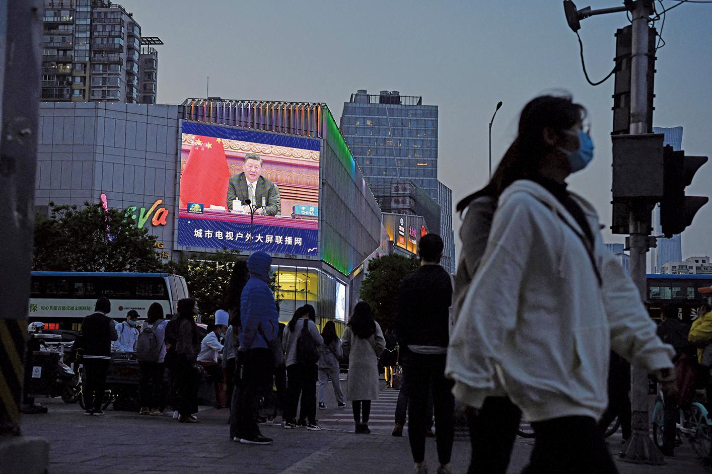 4月23日,北京街頭的一個大屏幕正在播放習近平在氣候峰會上視頻講話的新聞。習近平仍然稱發達國家應該「為發展中國家提供資金、技術、能力建設等方面支持」。(Greg Baker/AFP via Getty Images)