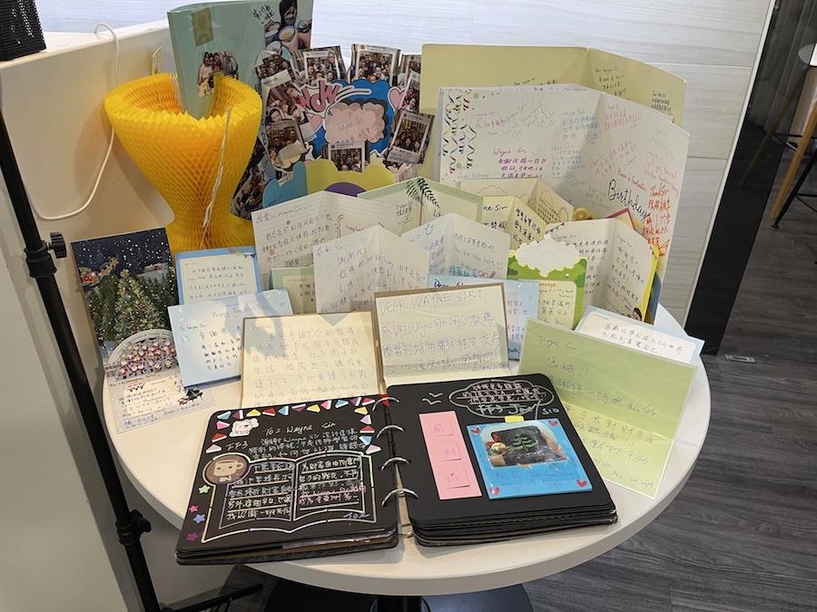 學生送給Wayne的感謝卡和紀念品。(受訪者提供)