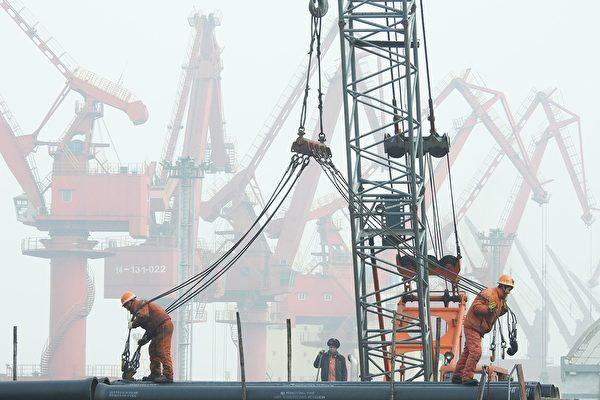 因應疫情,中國大陸擴大發債規模,提出擴大基礎建設的計劃,但也導致地方政府的債務風險高懸。(STR/AFP/Getty Images)