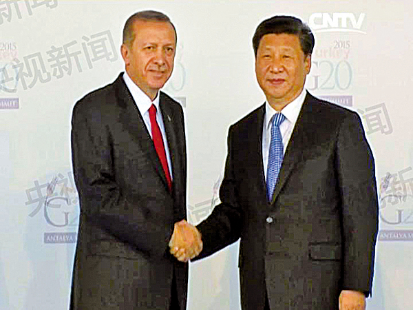 土耳其總統埃爾多安(左)在G20峰會上和習近平合影。(AFP)