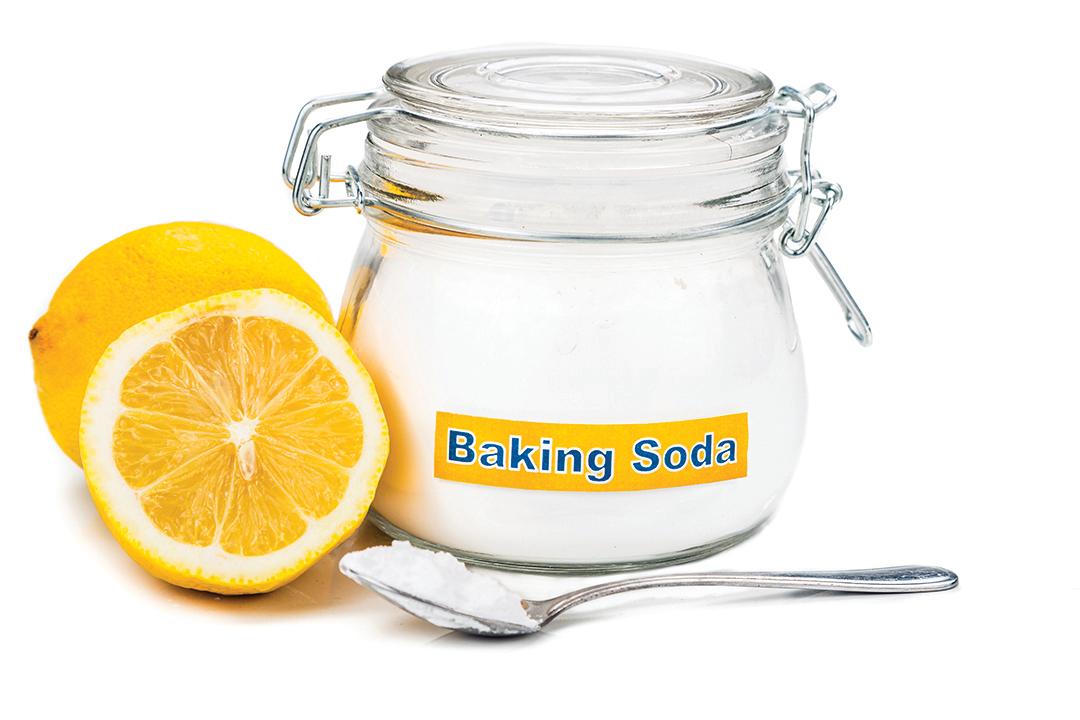 小蘇打和油脂作用會產生皂化作用,可以清除油污。