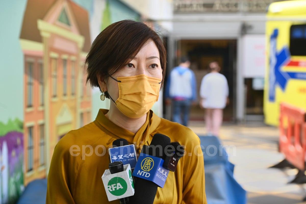 梁珍被送往伊利沙伯醫院驗傷之後,接受記者採訪。(宋碧龍/大紀元)