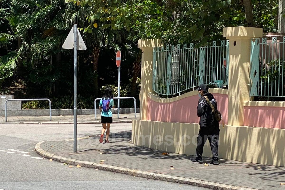 5月8日,這名男子跑向正在等車的梁珍,大熱天長袖長褲遮掩自己,從懷中跌出黑色棍棒。懷疑行事敗露,悻然離去。(梁珍/大紀元)