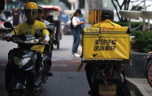 2018年6月26日,美團的外送員騎著電單車送外賣。(WANG ZHAO/AFP via Getty Images)