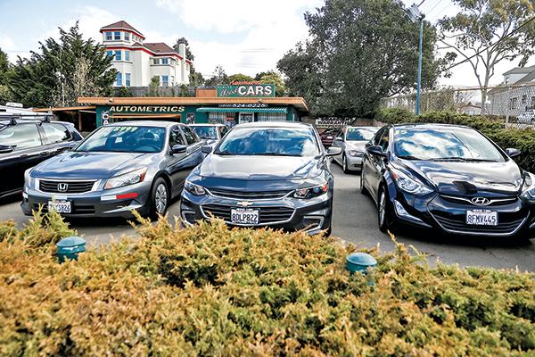 加州一個二手車經銷點的車輛。(Getty Images)