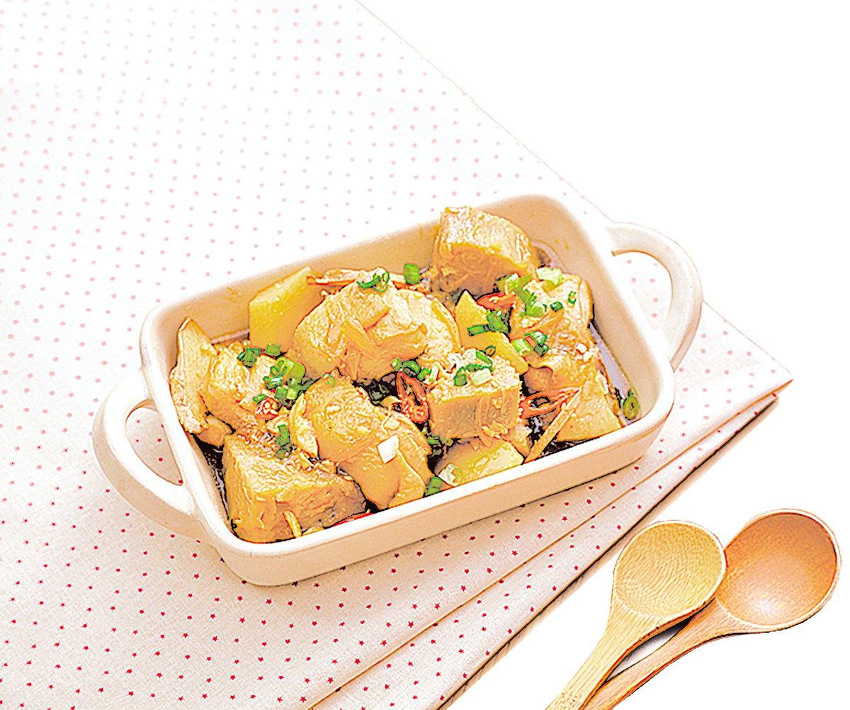 雙芋燉雞配上一大鍋飯,一群人馬上被餵得飽飽的。