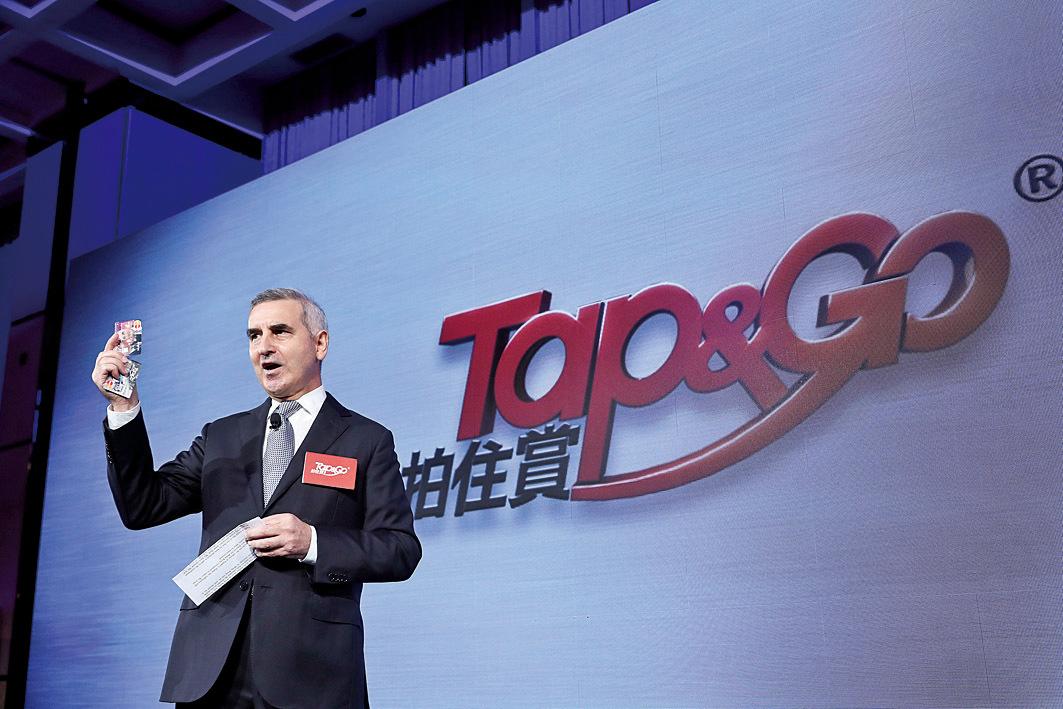 香港電訊旗下「拍住賞(Tap&Go)」昨日舉行簡佈會讓客戶體驗流動支付新功能。圖為香港電訊董事總經理艾維朗。(余鋼/大紀元)