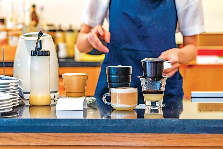 咖啡師正在製作越南雞蛋咖啡。