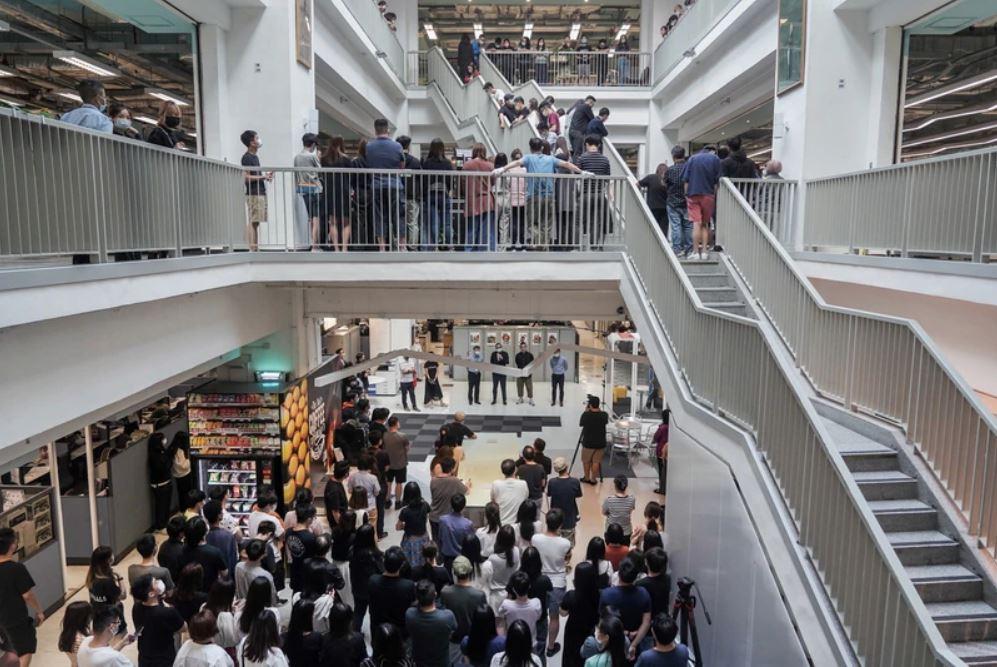 壹傳媒員工大會現場,逾150名員工站滿壹傳媒大樓2至4樓中庭,多名管理層出席。(《蘋果日報》圖片)
